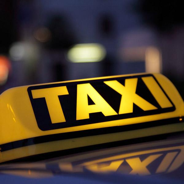 Taxi bord op auto